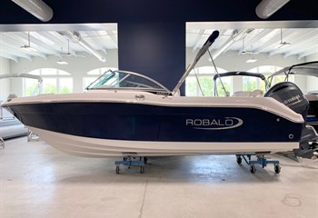 2021 Robalo R207 Biscayne Blue/White  Boat